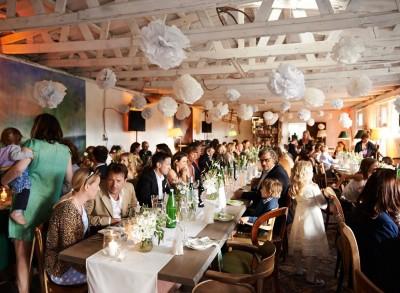 Drinnen bei einer Hochzeit - Platz für bis zu 120 Leuten gesetzt ...